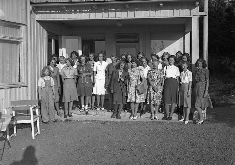 """Enligt notering: """"Engelska Flickor Bohusgården 2/7 1947""""."""