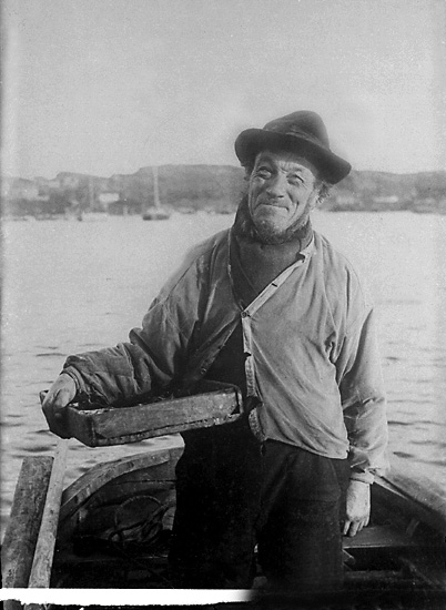 Lars Johansson i sin segeljulle vid Marstrandsöns brygga ca år 1915