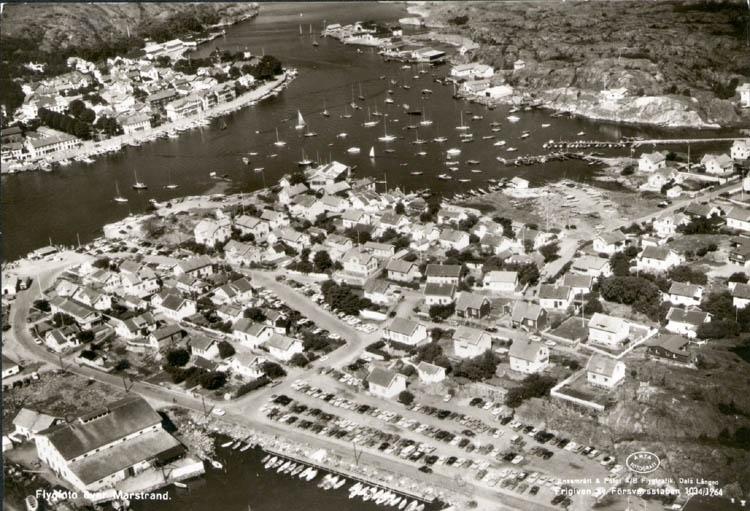 """Tryckt text på kortet: """"Flygfoto över Marstrand."""""""