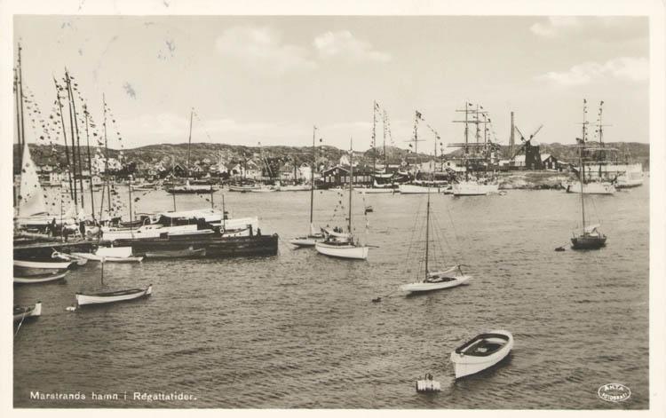 """Tryckt text på kortet: """"Marstrands hamn i Regattatider."""" """"Förlag: Axel Hellman, Marstrand."""""""