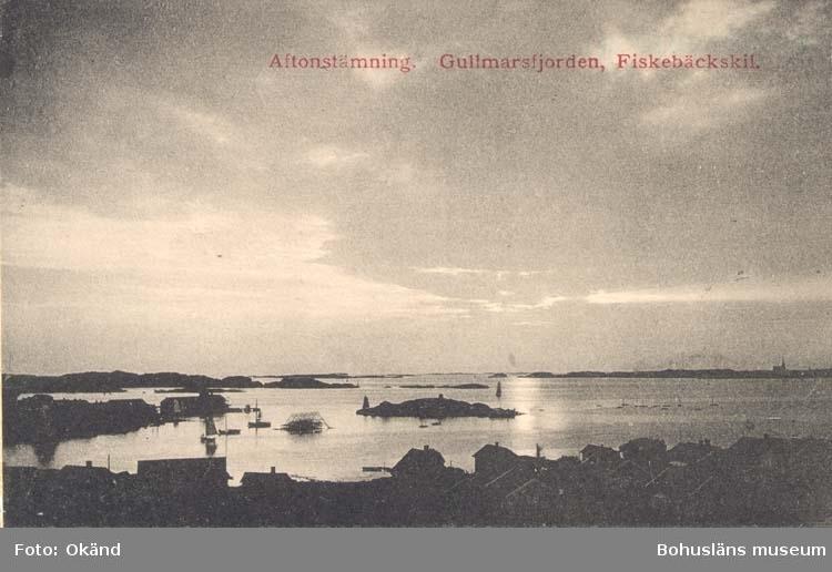 """Tryckt text på kortet: """"Aftonstämning. Gullmarsfjorden. Fiskebäckskil."""" """"Tekla Bengtssons Pappershandel, Fiskebäckskil."""""""