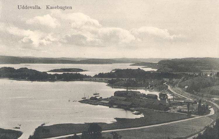 """Tryckt text på kortet: """"Uddevalla. Kasebugten."""" """"Uddevalla Pappershandel, Hildur Andersson."""""""