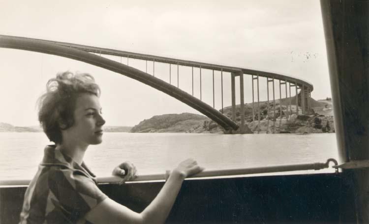 """Tryckt text på kortet: """"Tjörnbron. Tjörnbrons Turistanläggning, Almön."""" ::"""