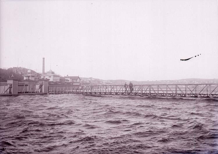 """Enligt text som medföljde bilden: """"Släggöbron vid högt vatten 5 nov. 11""""."""