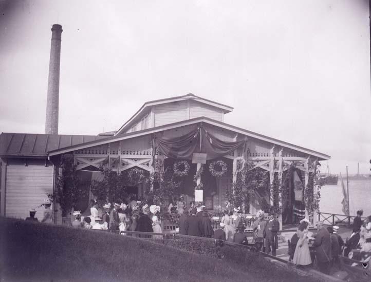 "Enligt text som medföljde bilden: ""Lysekil, Basaren, Badhuset Gavel. Serveringen 28/7 1899."""