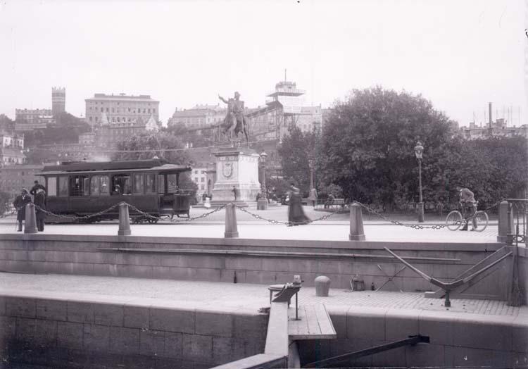 """Enligt text som medföljde bilden: """"Karl XIV Johans staty o. Katarinahissen 2/9 1900."""""""