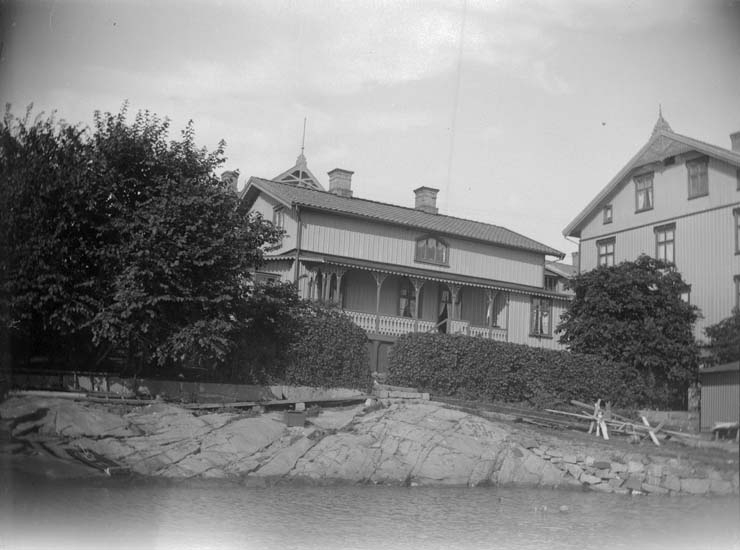 """Enligt text som medföljde bilden: """"Lysekil. Hallgrens hus från sjön, 1898""""."""