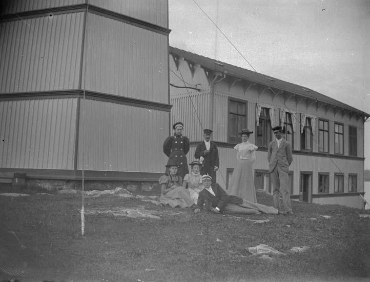 "Enligt text som medföljde bilden: ""Kristineberg. Gruppen vid Tornet 1897."""