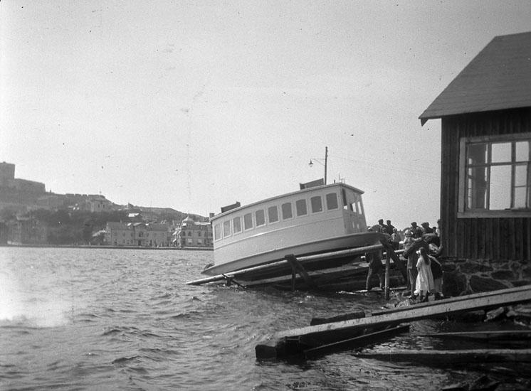 """Sjösättning av Marstrands första eldrivna färja """"Spårvagnen"""" 1913"""