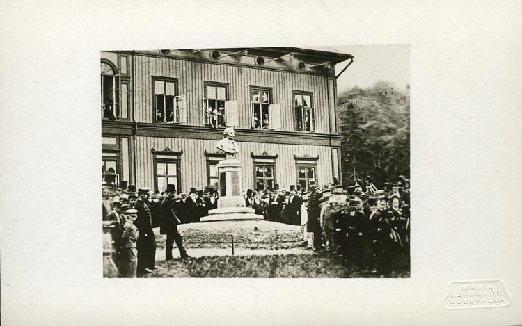 Högtidlig invigning av Anders Knape Hanssons byst den 17 juni 1879 framför gamla barnhusbyggnaden på Gustafsberg, Uddevalla