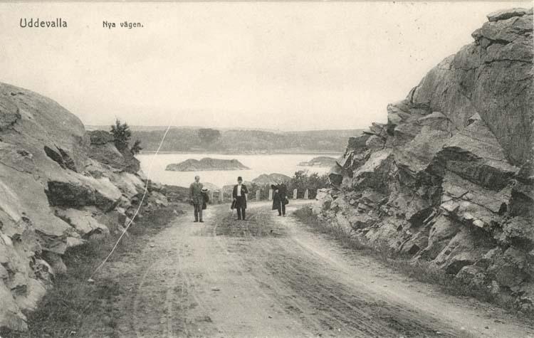"""Tryckt text på vykortets framsida: """"Uddevalla, Nya vägen."""""""