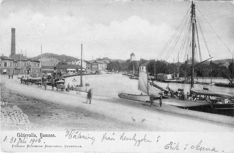 """Tryckt text på vykortets framsida: """"Uddevalla, Hamnen."""" ::"""