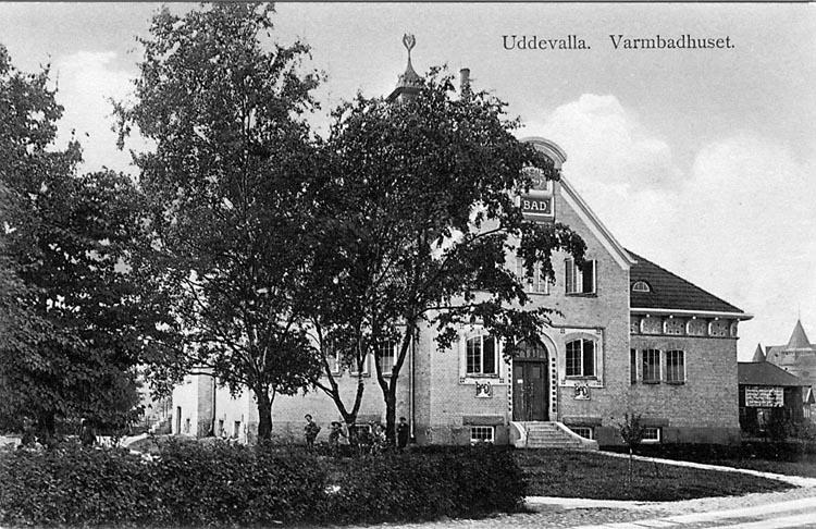 """Tryckt text på vykortets framsida: """"Uddevalla. Varmbadhuset.""""   ::"""