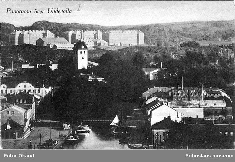 """Handskriven text på vykortets framsida: """"Panorama över Uddevalla.""""  ::"""