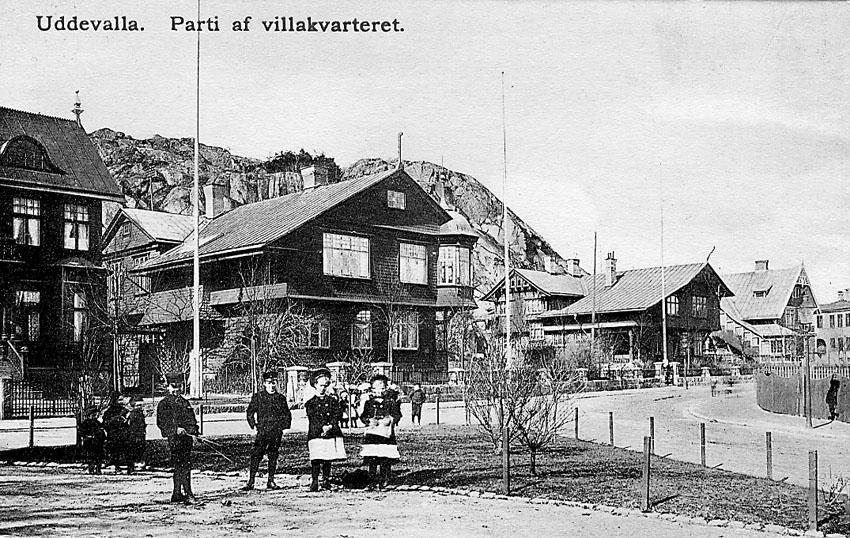 """Tryckt text på vykortets framsida: """"Parti af villakvarteret. Uddevalla""""."""