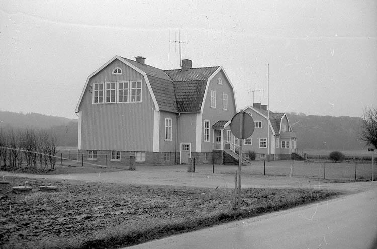 "Enligt fotografens notering: ""F.d. Skolhuset i Lyse""."