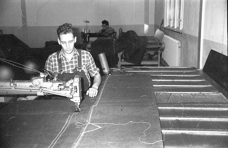 """Enligt fotografens notering: """"Evert Pettersson, Presenningsfabriken 1964""""."""