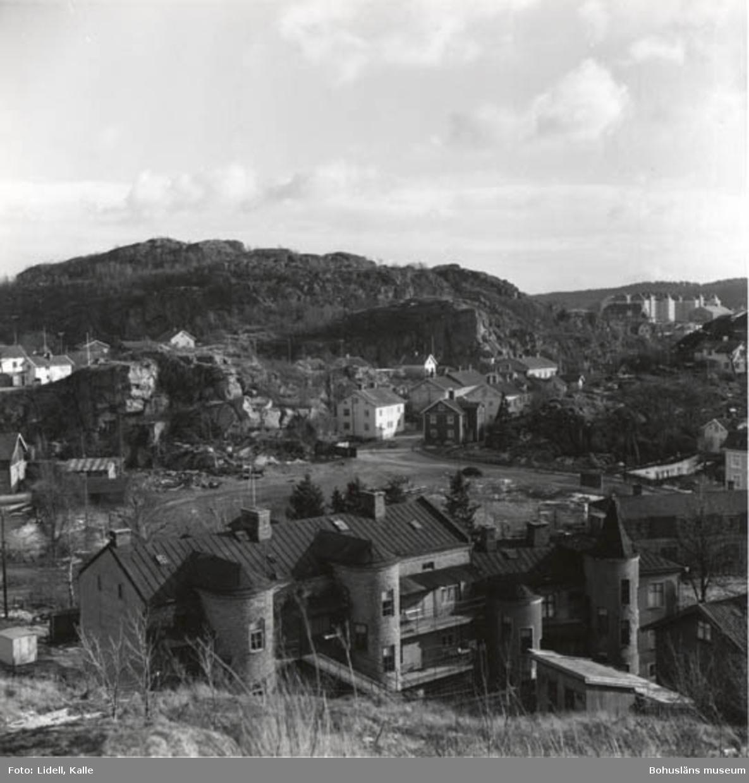 """Enligt fotografens bildlista: """"Från Hökeberget mot Kämpegatan. Det stora huset är baksidan på """"Portartur""""."""