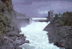 Vatten i fallfåran. Strömkarlsbron i bakgrunden, Trollhättan