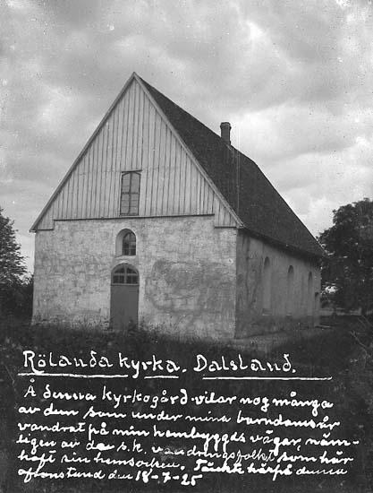 """Enligt text på fotot: """"Rölanda kyrka. Dalsland. Å denna kyrkogård vilar nog många av dem som under mina barndomsår vandrat på min hembygds vägar, nämligen av de s.k. vandringsfolket som här haft sin hemsocken. Tänkte härpå denna aftonstund den 18-7-25""""."""
