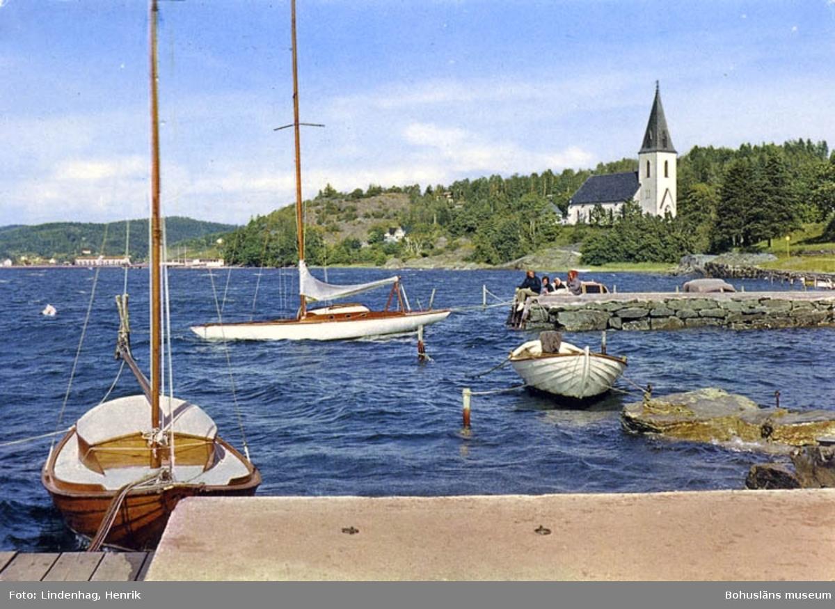 Lyckorna. Båtbryggor med Ljungs Kyrka i bakgrunden.