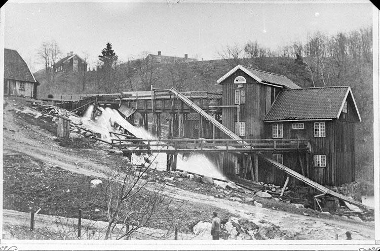 """Enligt fotografens anteckningar: """"1932, 73. Motiv från Gamla Bruket omkring 1870""""."""