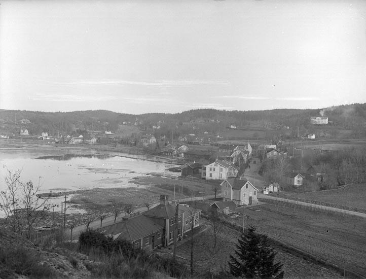 """Enligt fotografens noteringar: """"Taget 1928. Västkustens Ungdomskola i bakgrunden Ljungskile."""""""
