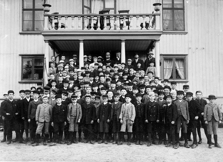 """Text som medföljde bilden: """"1937. 24. Elever vid Uddevalla läroverk beställt. gn. Viktor Lindqvist."""""""