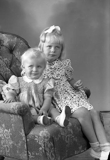 """Enligt fotografens journal nr 7 1944-1950: """"Bernhardsson, Anita och Monika Varekil""""."""