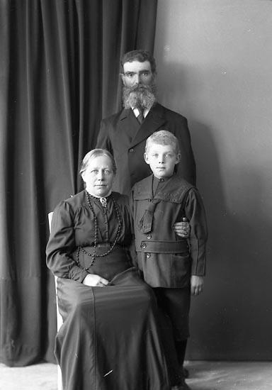 """Enligt fotografens journal nr 3 1916-1917: """"Abrahamsson, August Inlag Här""""."""