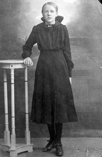 "Enligt fotografens journal nr 4 1918-1922: ""Karlsson, Fru Apleröd Ödsmål""."