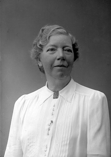 """Enligt fotografens journal nr 7 1944-1950: """"Carlsten, Fr. Gerda Kungälv""""."""