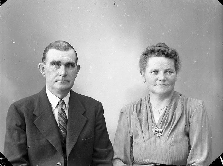 """Enligt fotografens journal nr 7 1944-1950: """"Hogström, Herr G. m. Fru Stenungsund""""."""