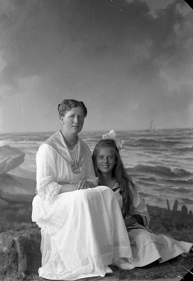 "Enligt fotograrens journal nr 3 1916-1917: ""Ekman, Fru Ön""."