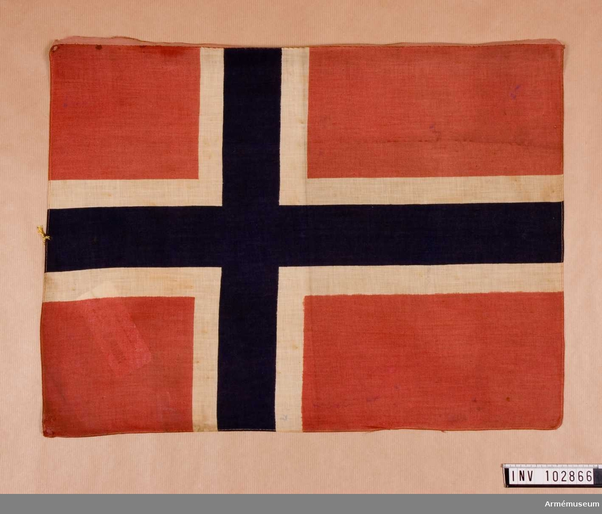 Grupp B I. Norsk flagga, 50x36,5 cm, målad på vit duk.
