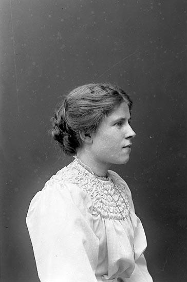 "Fotografens notering: ""Fr. Mabel Jackson, Dimbo prästgård Ekedalen""."