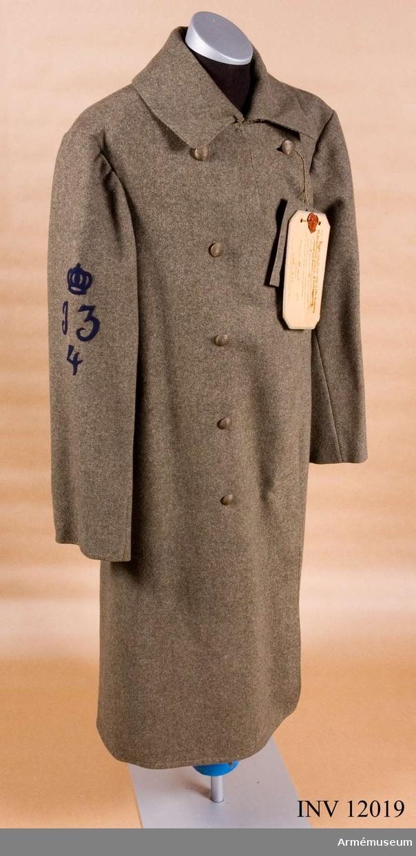 Grupp C I. Deposition från Arméförvaltningens intendenturdepartement, modellkammaren. Modell å kappa m/1904 för manskap av alla truppslag och för civilmilitär personal av manskaps rang, gillad och fastställd genom g.o. den 2. januari 1904 no 8.