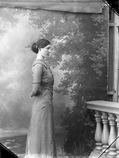 """Enligt fotografens journal Lyckorna 1909-1918: """"Kalsén, Fröken Lyckorna""""."""