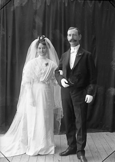 """Enligt fotografens journal nr 1 1904-1908: """"Spolén, Brudparet St s-d""""."""