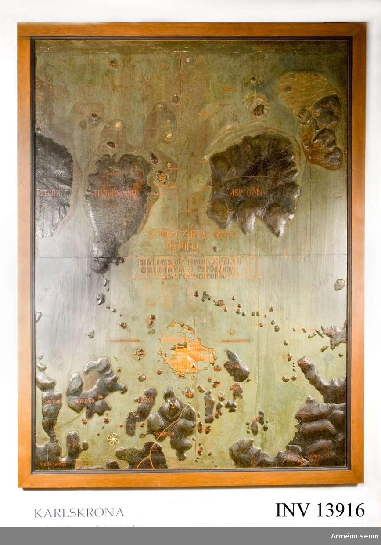 "Grupp L.  Text på tavlan: ""General Carlscrona Desseign Inlefwererat af Öffwersten och  General Quartermästaren h Erich Dahlberg den 25 october Anno 1686""."