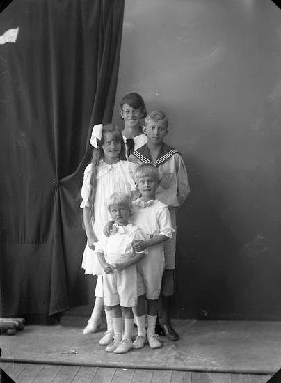 """Enligt fotografens journal nr 4 1918-1922: """"Ström, Doktor (barnen) Ön""""."""