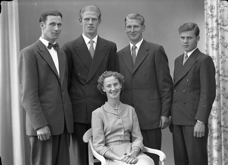 """Enligt fotografens journal nr 8 1951-1957: """"Svensson, Herr Wilhelm Ödsmål""""."""