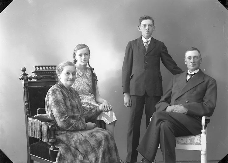 "Enligt fotografens journal nr 5 1923-1929: ""Magnusson, Herr Hans Ö. Skår Ödsmål""."