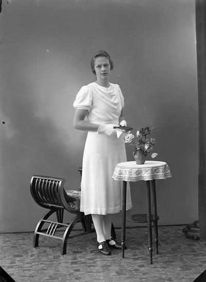 """Enligt fotografens journal nr 6 1930-1943: """"Lindström, Elsa Hjälteby""""."""