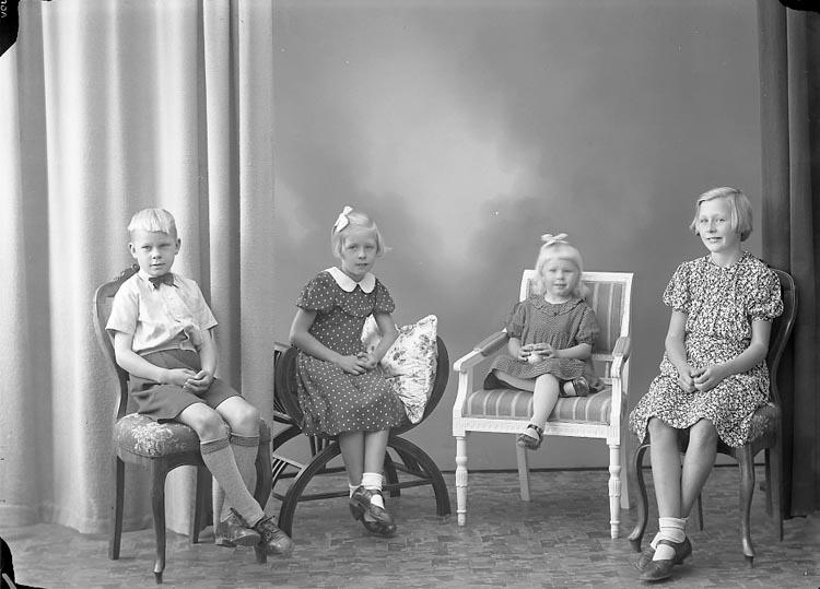 """Enligt fotografens journal nr 6 1930-1943: """"Svensson, Anders Kyrkeby Jörlanda""""."""