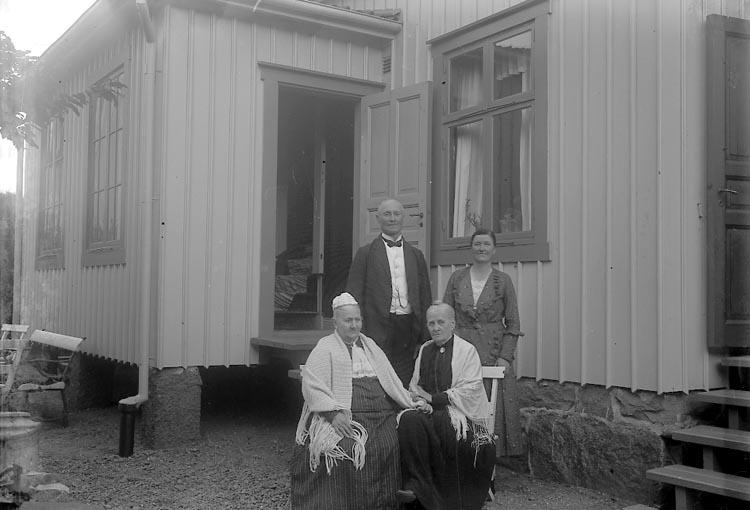 """Enligt fotografens journal nr 6 1930-1943: """"Enander, Fru Octavie 90-årsdag, Gottskär""""."""