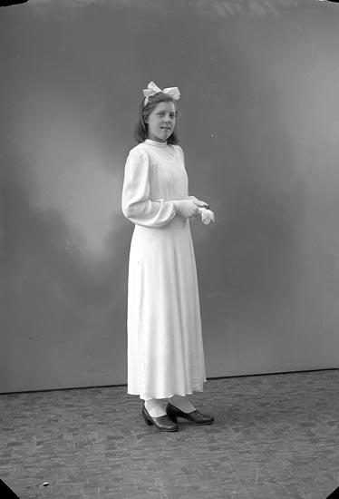 """Enligt fotografens journal nr 6 1930-1943: """"Svensson Astrid, Gröteröd Här""""."""