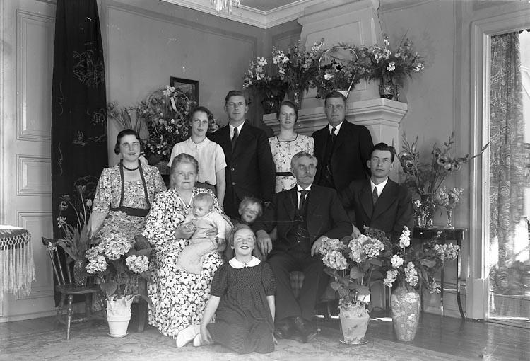 """Enligt fotografens journal nr 6 1930-1943: """"Sandberg, Fru Hanna m. fam. Här""""."""