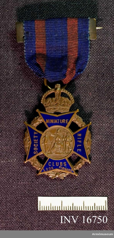 Ett maltakors vilar på en lövkrans krönt med en krona. Korsets armar är täckta med blå emalj med text på var arm. Från vänster Societ-Miniature-Rilfe-Clubs Look Forward. Medaljen hänger i ett mörkblått band med röda bårder.