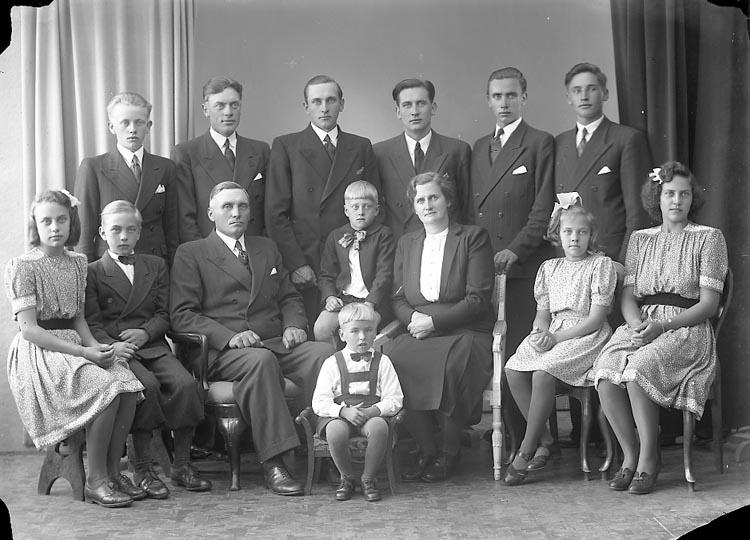 "Enligt fotografens journal nr 7 1944-1950: ""Olsson, Herr Evald Åketorp, Spekeröd""."